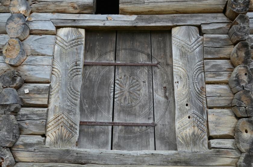 Holztür eines historischen Bauernhauses im Setesdal