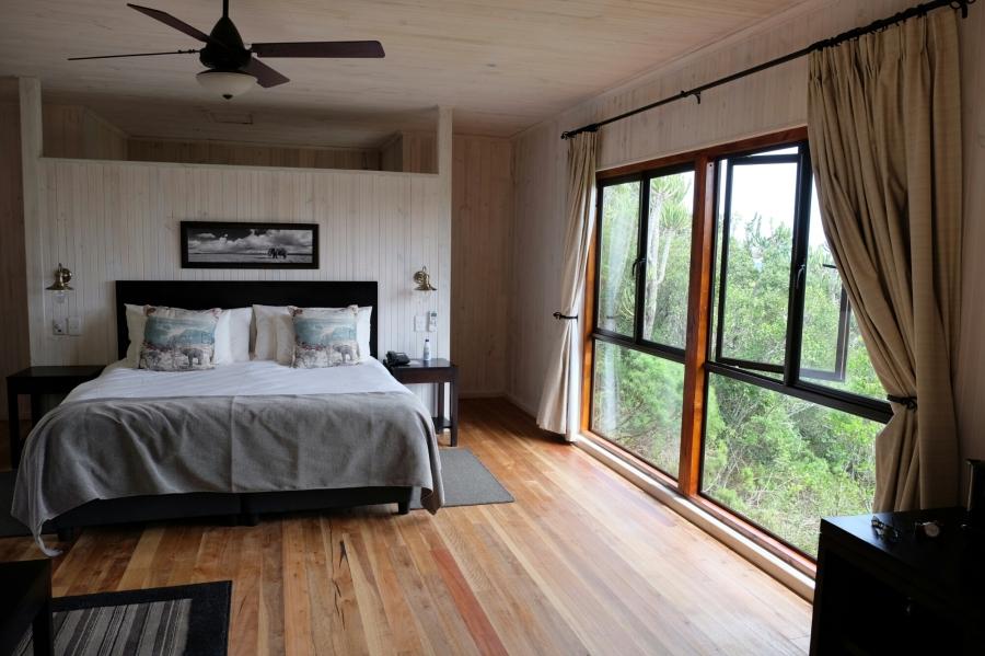 Schlafbereich des modernen Chalets der Kariega Private Game Reserve