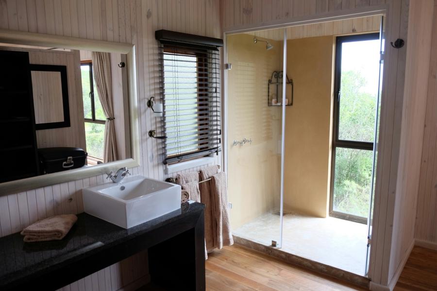 Badbereich des modernen Chalets der Kariega Private Game Reserve