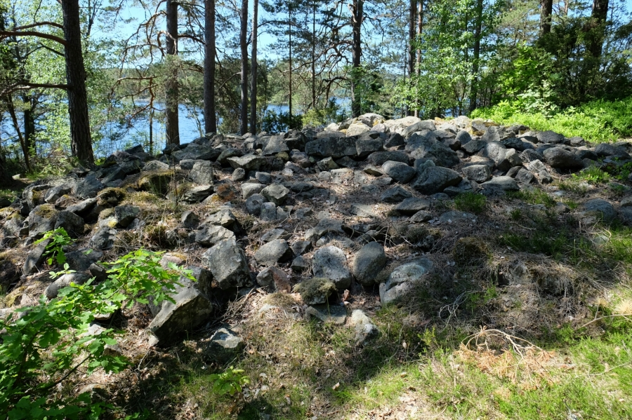 Steinhügelgrab bei Högsbyns am Råvarp (See)