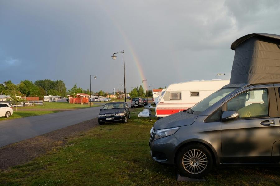 Regenbogen über dem Campingplatz von Töreboda