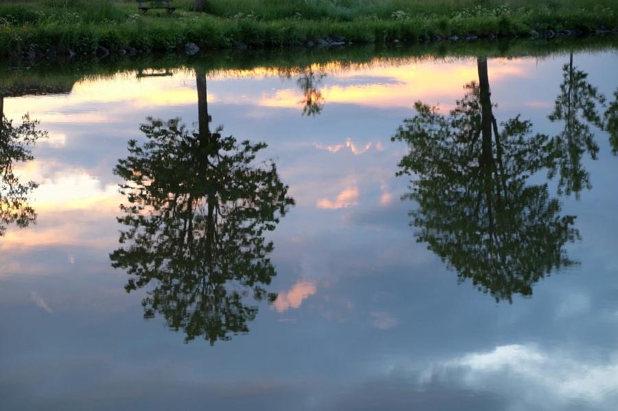 Abendspiegelung am Götakanal bei Töreboda