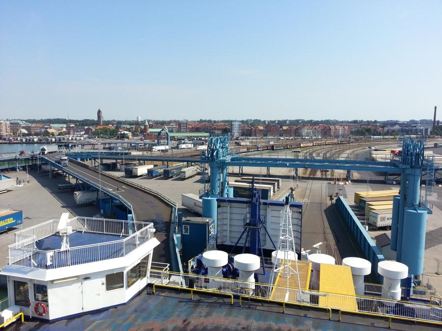 Ausblick von der Fähre auf den Hafen von Trelleborg