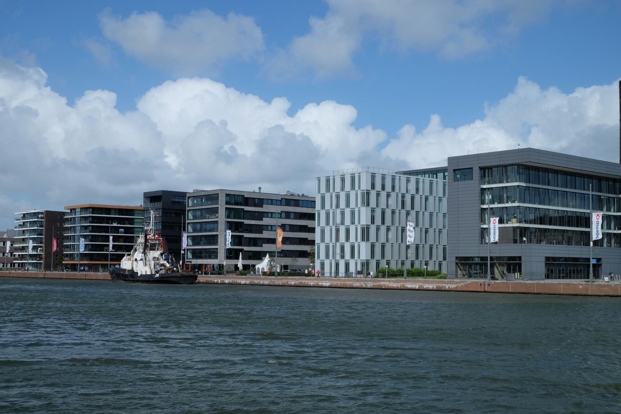 Moderne Häuser an der Hafenmeile von Bremerhaven