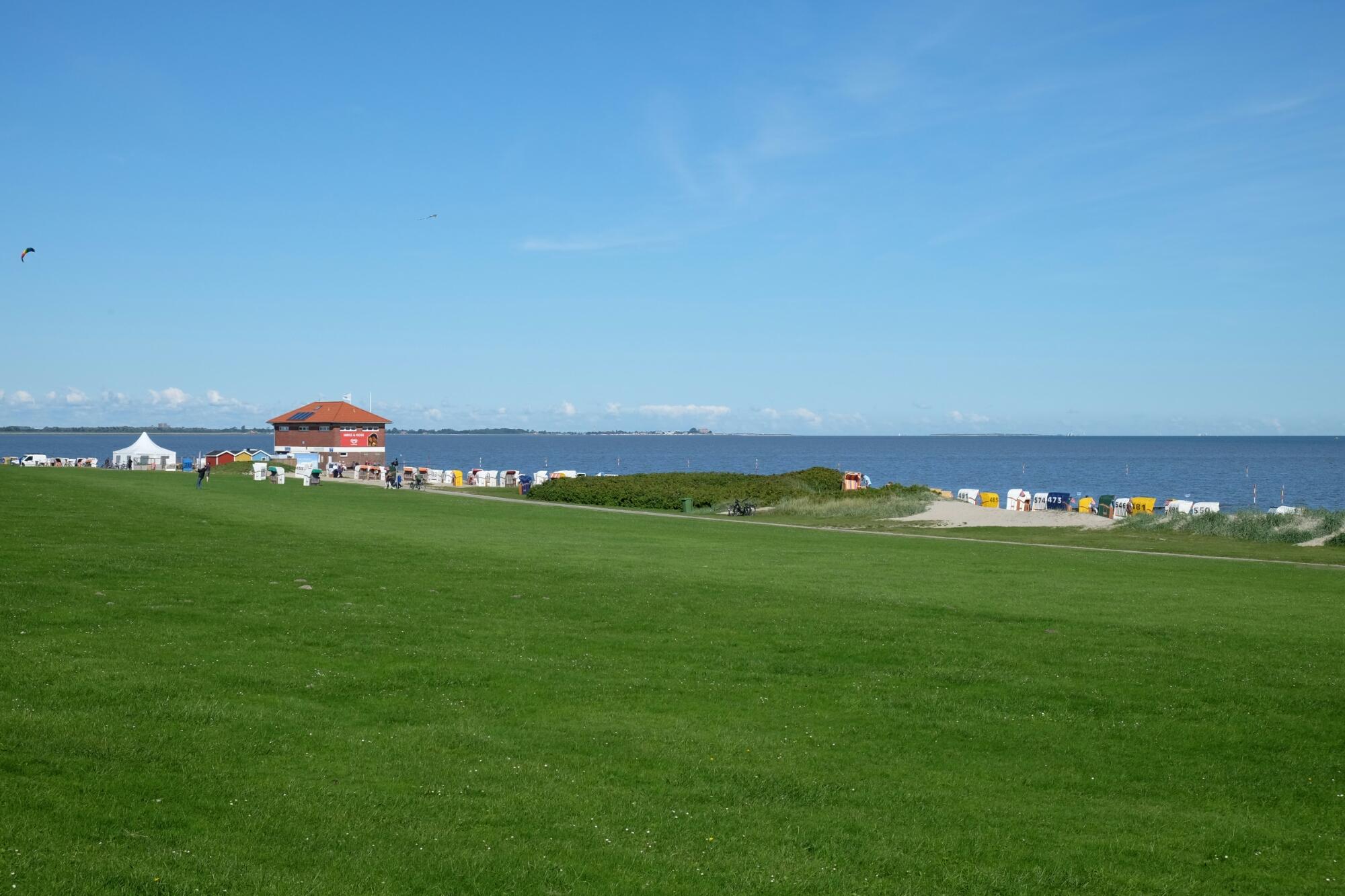 Deich und Strand bei Hooksiel