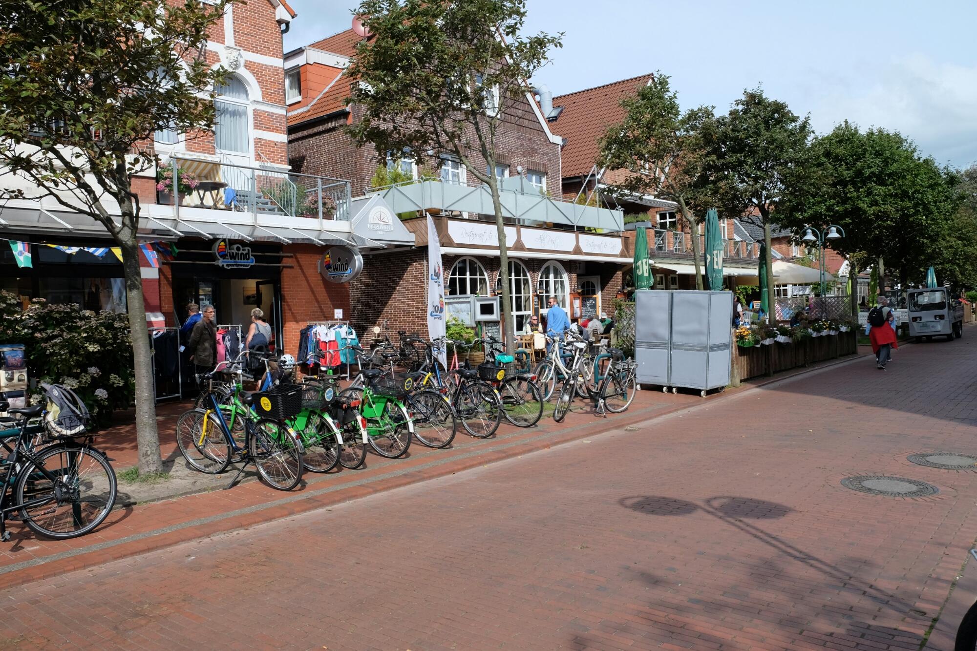 Einkaufsstrasse und Fahrräder auf Langeoog