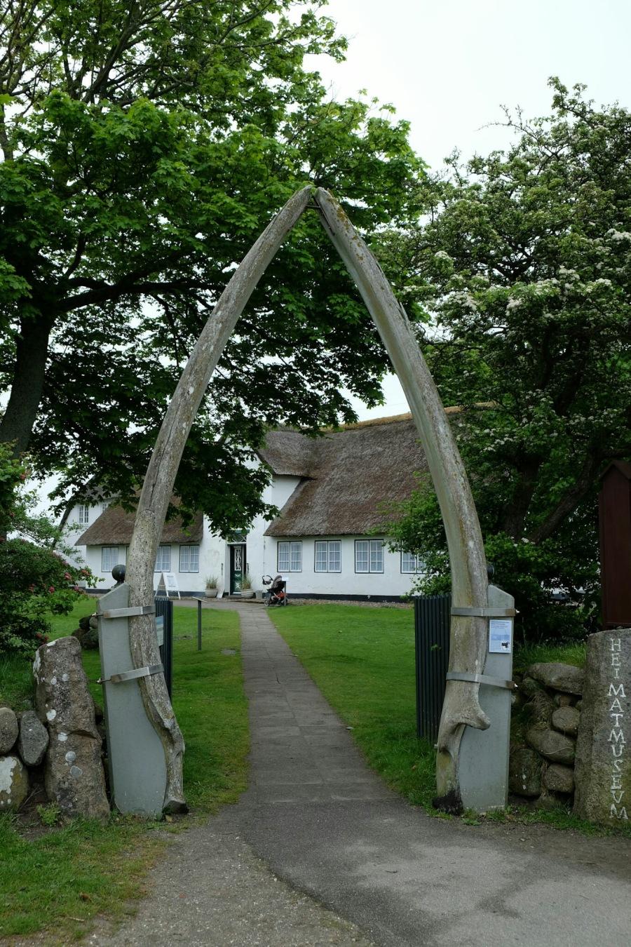 Eingang des Sylter Heimatmuseums (mit Walfischknochen)