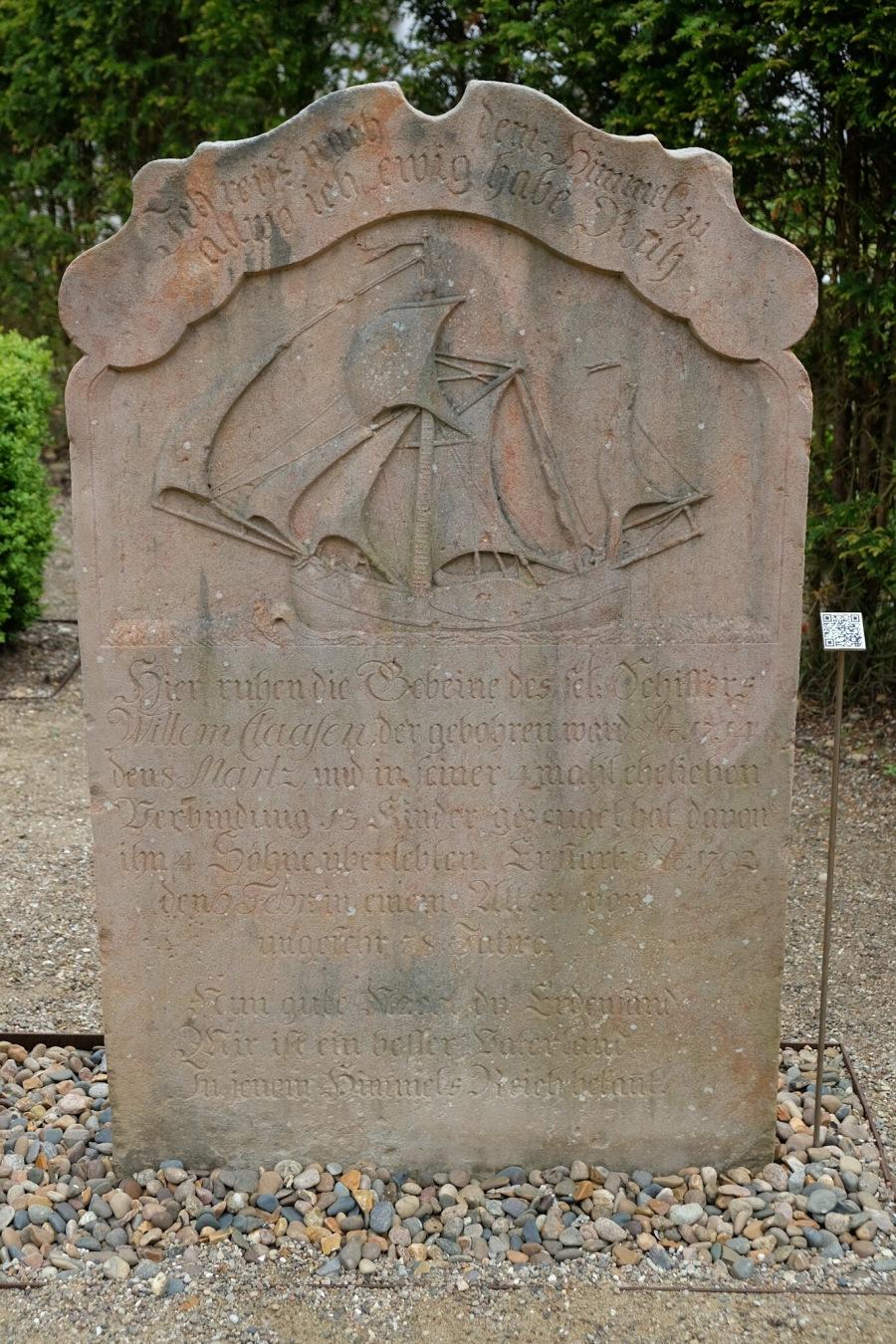 Erzählender Grabstein auf dem Alten Friedhof in Nebel