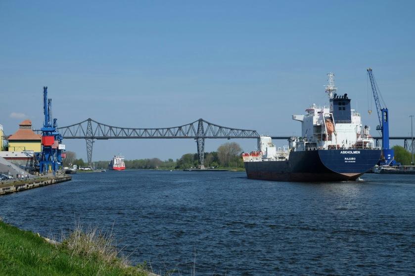 Schiff auf dem Nord-Ostsee-Kanal bei Rendsburg