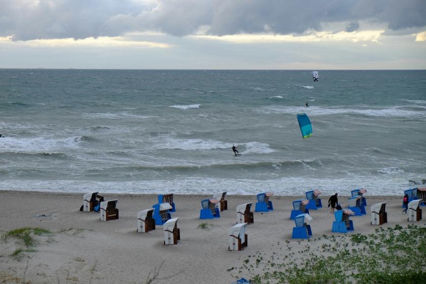 Kitesurfer an Ahrenshooper Küste