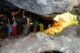 Schmaler Durchgang in der Cueva de los Verdes