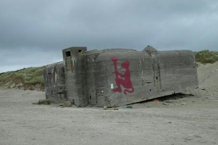 """""""Affe als Künstler"""" am Strand von Blåvands Huk"""
