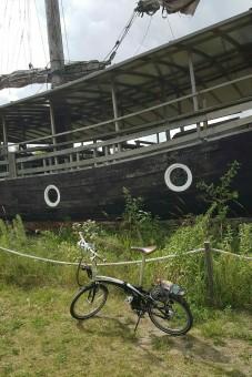 Fahrrad vor Hafenkojen im Peenemünder Hafen