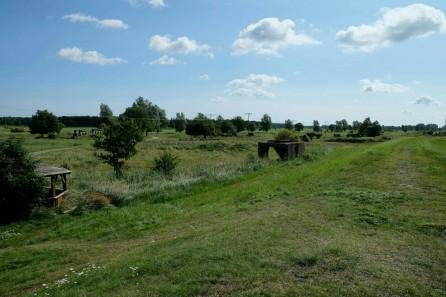 Blick vom Peene-Deich auf die Ruinen Raketen-Lagerbunker