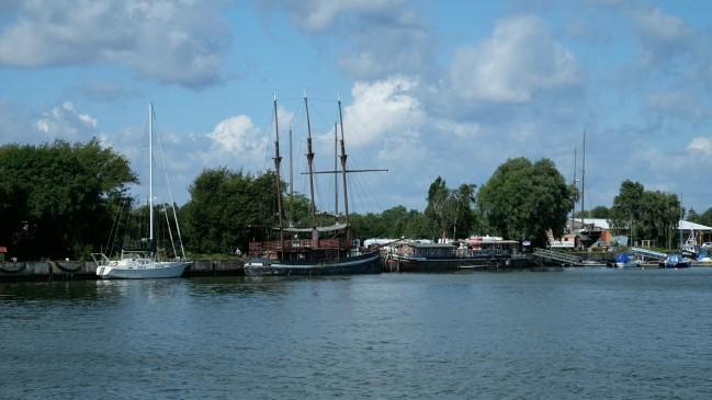 Schiffe der Hafenbar im Peenemünder Hafen