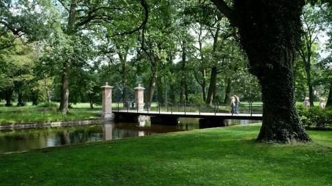Brücke über den Wassergraben des Wasserschlosses Mellenthin