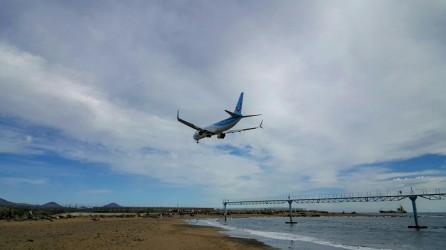Anflug eines Flugzeugs auf den Flughafen von Lanzarote
