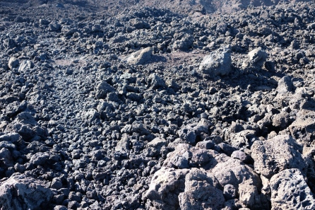 Lavaschlacke an Küste bei Tenesar