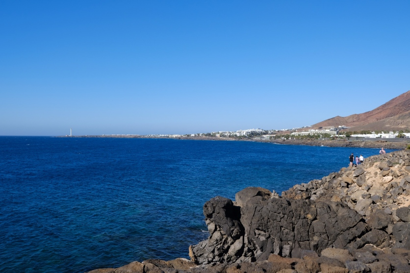 Küste bei Playa Blanca mit Faro Pechiguera