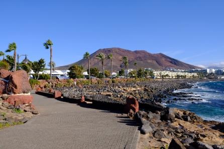 Promenade bei Playa Blanca mit Montaña Roja