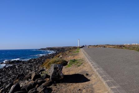 Promenade bei Playa Blanca mit Faro Pechiguera