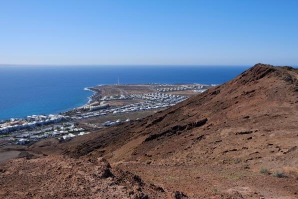 Weitsicht von der Montaña Roja auf Faro Pechiguera