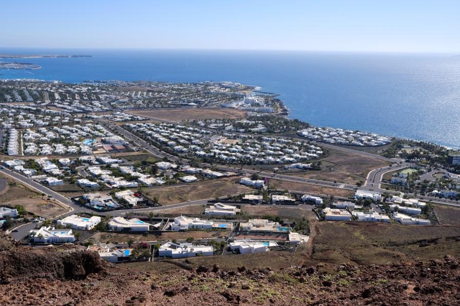 Weitsicht von der Montaña Roja auf Playa Blanca