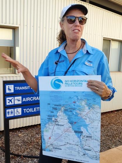 Pilotin Yindi erklärt die Route