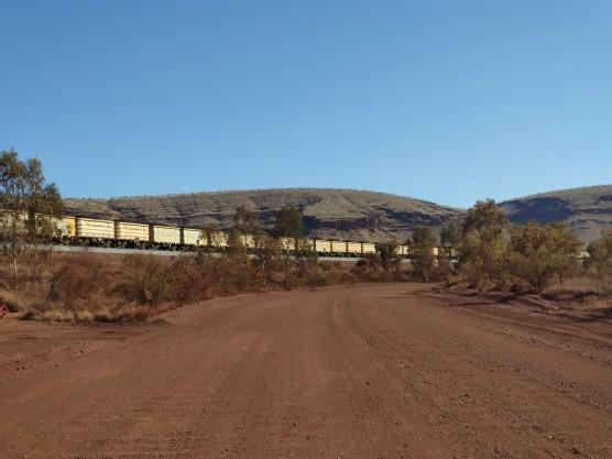 Minenzug an der Tom Price Railway Road