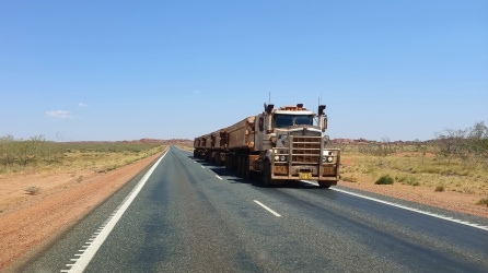 Road Train auf Great Northern Hwy (Port Hedland nach Auski)