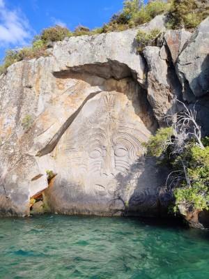 Maori-Felszeichnung in Mine Bay