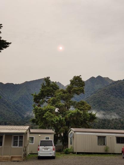 Rote Sonne über Fox Glacier Holiday Park