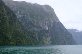 Steile Felswände (Milford Sound)